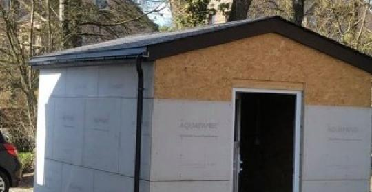 Réalisation de la toiture d'un abri de jardin en ardoises artificielles Eternit